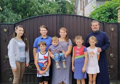 Багатодітна родина шепетівського священика створила прийомну сім'ю