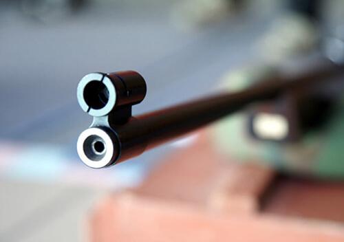У Старокостянтинівському районі 8-річний хлопчик з пневматичної гвинтівки вистрілив у сестру