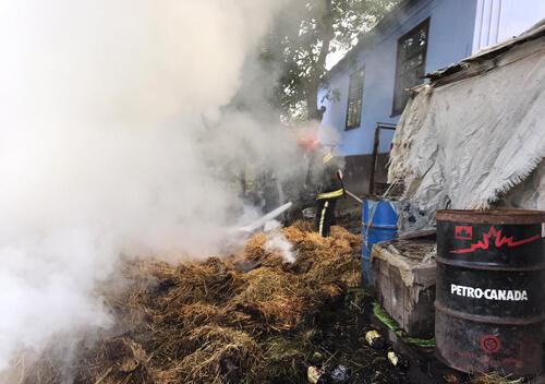 У селі на Шепетівщині згоріло понад три тонни сіна