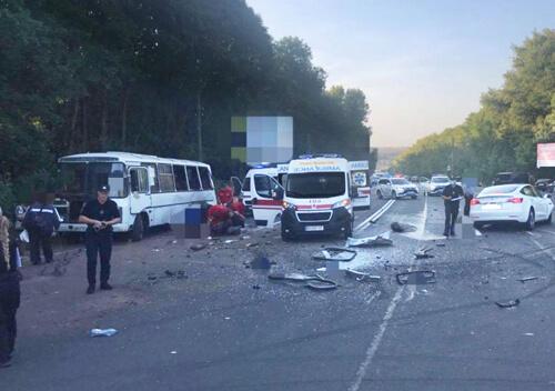 VIP-car у Хмельницькому потрапив у ДТП: 8 травмованих