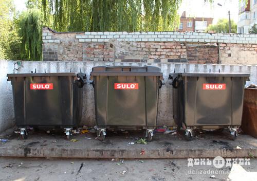 У Шепетівці помалу замінюють старі сміттєві контейнери на німецького виробництва