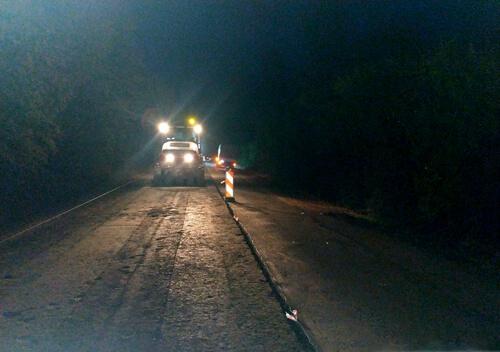 На межі Хмельницької та Рівненської областей ремонтують дорогу: роботи ведуться цілодобово