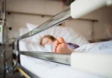 На Хмельниччині лікарі борються за життя 4-річної дівчинки, яку могла побити матір