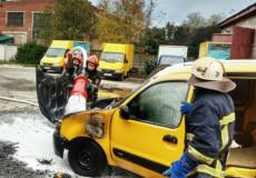 Шепетівські вогнеборці врятували автомобіль