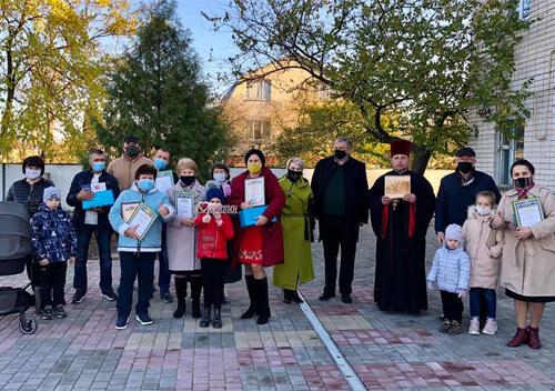Громада Старого Кривина з нагоди свята подарувала для села: пісочницю, шпаківні та прибрала територію