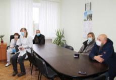 Медики Славути, які лікують хворих на COVID-19, отримали нагороди
