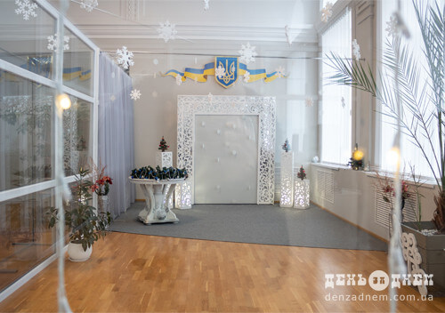 У Шепетівці оздобили залу для обряду шлюбу в новорічному стилі