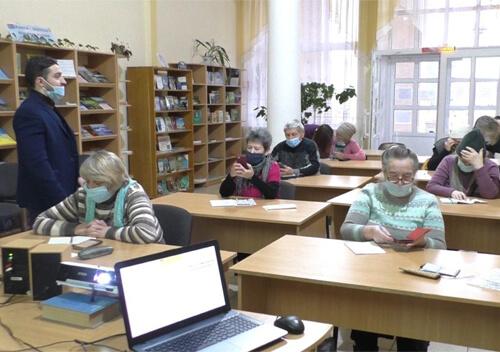 У Славуті взялися навчити пенсіонерів сплачувати за комунальні послуги онлайн