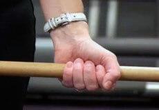 Ізяславський суд за побиття палицею матері оштрафував сина на 510 гривень