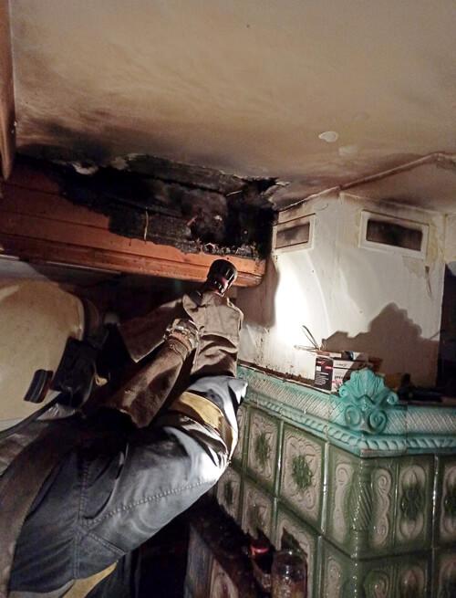 У Шепетівському районі через несправність печі міг згоріти будинок