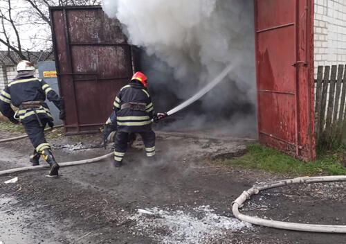 У Полонному пожежа приватного гаража завдала значних збитків