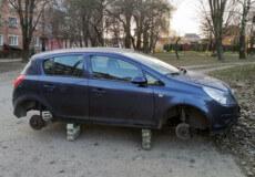 У центрі Шепетівки з Опеля вкрали 4 колеса
