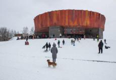У Шепетівці біля Музею пропаганди дітлахи влаштували катання з гірки