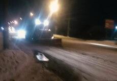 Шепетівські комунальники третю добу розчищають та посипають дороги