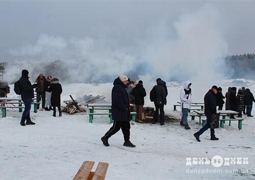 Мороз не страшний: на Водохреща у Шепетівці пірнають в крижану воду