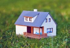 Будинок отримали в подарунок, а право на землю під ним— не оформлено. Що робити?