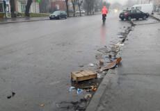 Головний комунальник Шепетівки прибрав після стихійної торгівлі інших осіб на тротуарах
