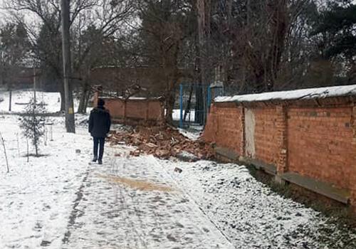 У Славуті стався обвал цегляного муру
