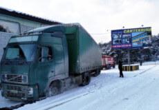 У Славуті фура застрягла в сніговому заметі