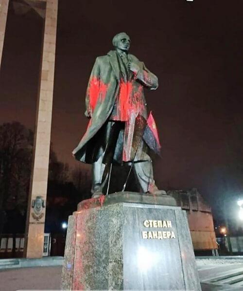 Двоє молодиків з Хмельниччини облили фарбою пам'ятник Степану Бандері