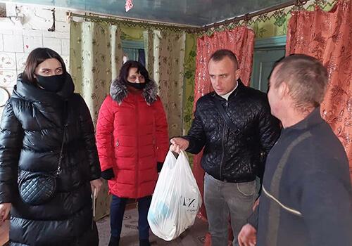 У тергромадах Шепетівського району полісмени допомогли сім'ям, що опинилися у складних обставинах