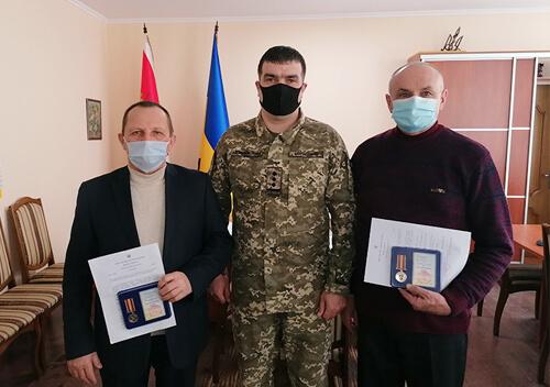 На Хмельниччині міський голова отримав медаль від командування ООС