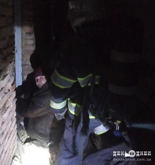 Вночі на Шепетівщині пожежники врятували чоловіка з палаючого будинку