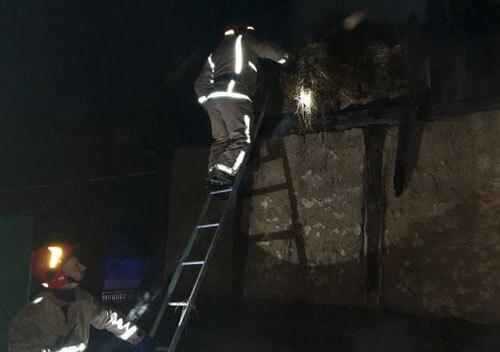 У Шепетівці внаслідок пожежі згоріло пів тонни сіна та перекриття будинку