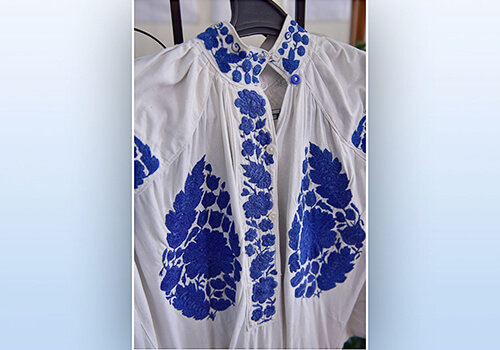 На Хмельниччині єдина майстриня відшиває сорочки за старовинними зразками