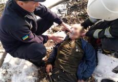 Славутські рятувальники реанімували 76-річного власника палаючого будинку