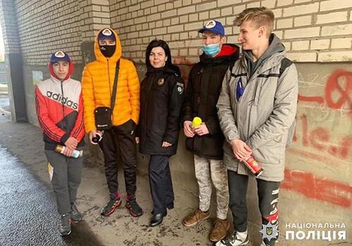 В обласному центрі молодь спільно з поліцією замальовували рекламу наркотиків