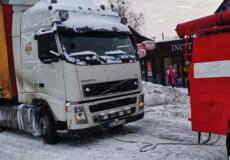 У Полонному в снігову пастку потрапила великогабаритна вантажівка