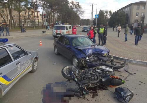 У Славуті сталася автотроща за участю легковика та мотоцикла