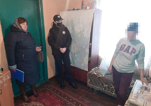На Білогірщині під час рейду поліція забрала в матері п'ятеро дітей