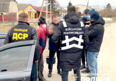На Хмельниччині хабарник з військкомату чинив активний опір та здійснив наїзд на правоохоронця