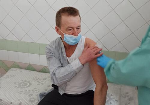 У Шепетівці 10 медикам зробили щеплення індійською вакциною