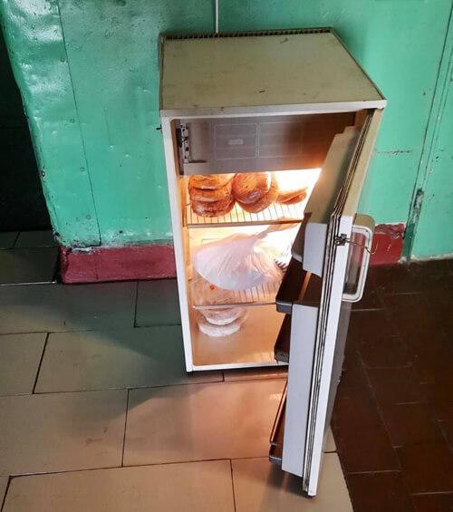У Нетішині з'явилися холодильники, де кожен охочий може залишити смаколики для безпритульних тварин