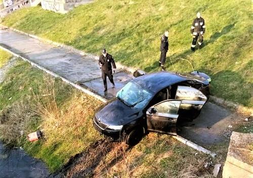 У Нетішині сталася ДТП — один з автомобілів діставали з води