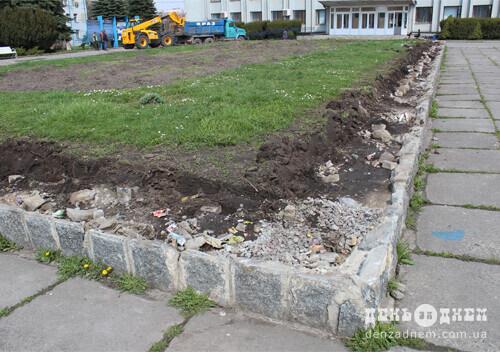 У Шепетівці розпочали реконструкцію клумби поблизу міської ради