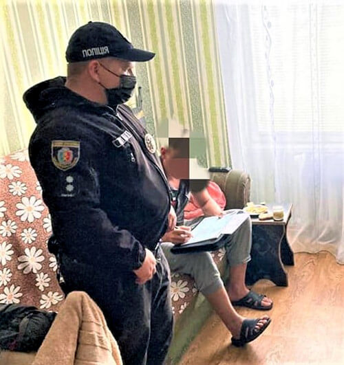 У Нетішині жінка викликала полісменів, аби захистили від насильства в сім'ї