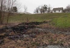 На Ізяславщині через спалювання сухої рослинності виникла пожежа