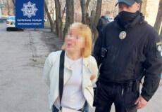 На Хмельниччині п'яна бабуся тримала на руках малюка і поводилася агресивно