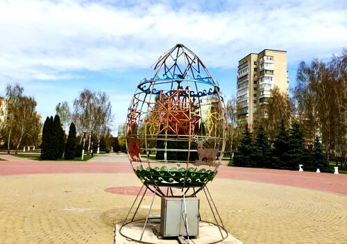 У Нетішині встановили триметрову великодню прикрасу з підсвіткою