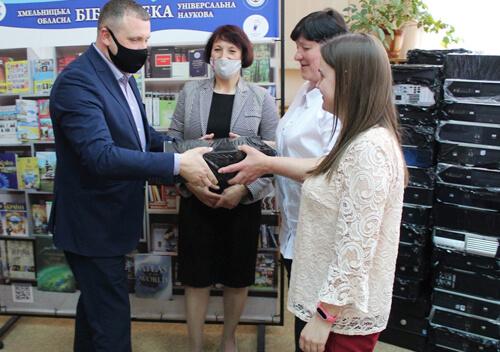 Передали 300 комп'ютерів сільським бібліотекам тергромад Хмельниччини