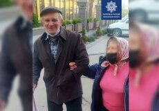 У Хмельницькому полісмени повернули додому загубленого дідуся з вадами зору