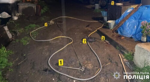 На Хмельниччині 58-річний чоловік через ревнощі металевим кілком ледь не забив 60-річного односельця