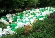 Схрон пластикових каністр знайшли в лісі на Хмельниччині