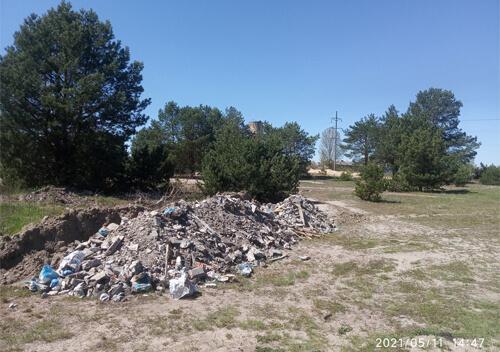 В одному з мікрорайонів Славути підкинули будівельне сміття