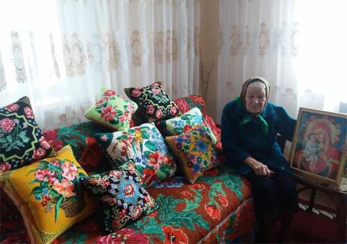 95-річна жителька Ізяславщини до більшості своїх вишивок сама створила узори