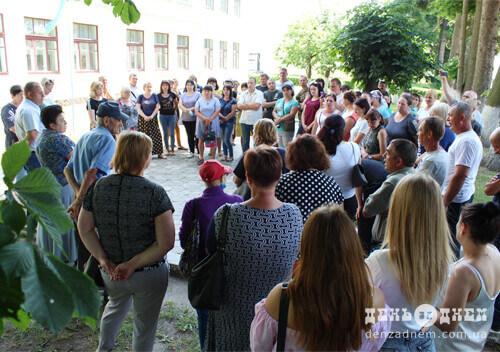 На Шепетівщині люди організували схід села, аби відстояти старшу школу